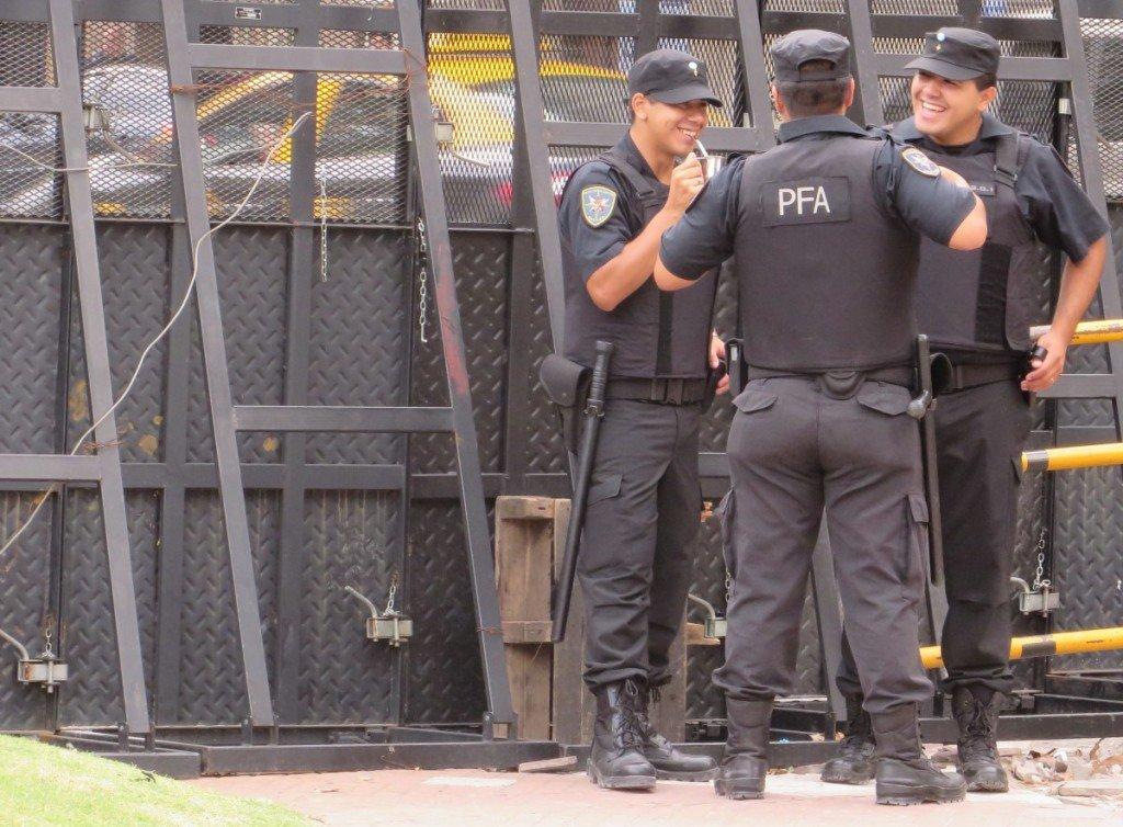 Policemen matiando